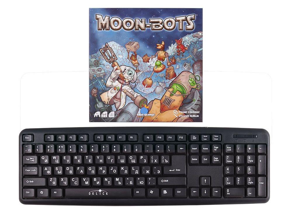 Коробка настольной игры Луноботы (Moon bots) в сравнении с клавиатурой