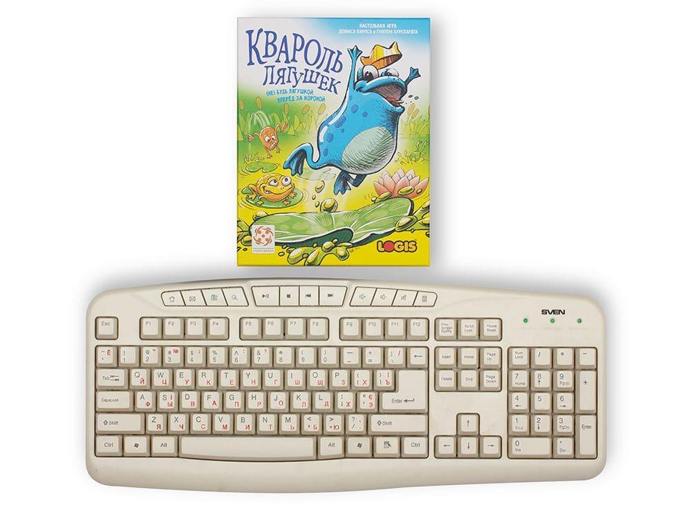 Коробка с настольной игрой Квароль лягушек (Quibbit) по сравнению с клавиатурой