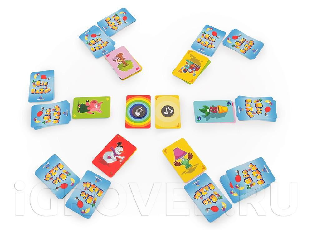 Все игроки настольной игры Большой Базар (Big Bazar) попеременно открывают карты и ждут, когда же выйдут две с одинаковым фоном, чтобы скорее выполнить задание текущего раунда.
