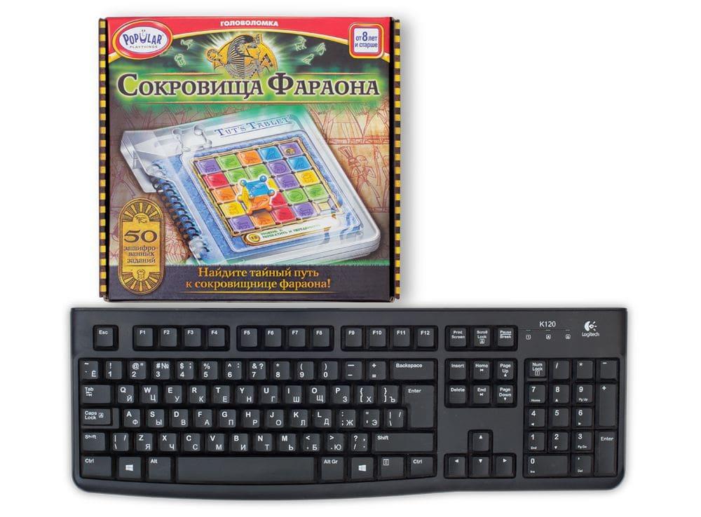 Коробка настольной игры-головоломки Сокровища Фараона по сравнению с клавиатурой.