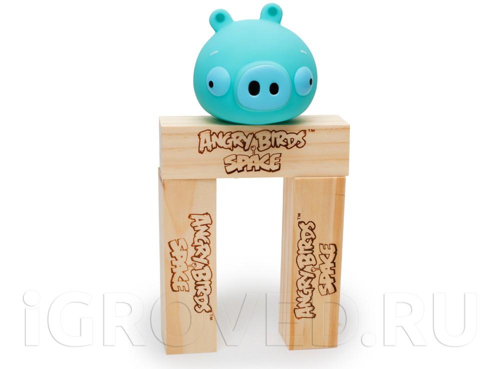 Поросёнок на конструкции из деревянных брусков
