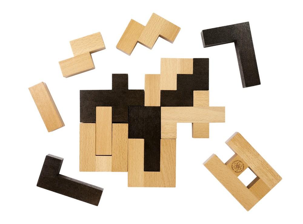 Детали головоломки Словоблоки сделаны из дерева