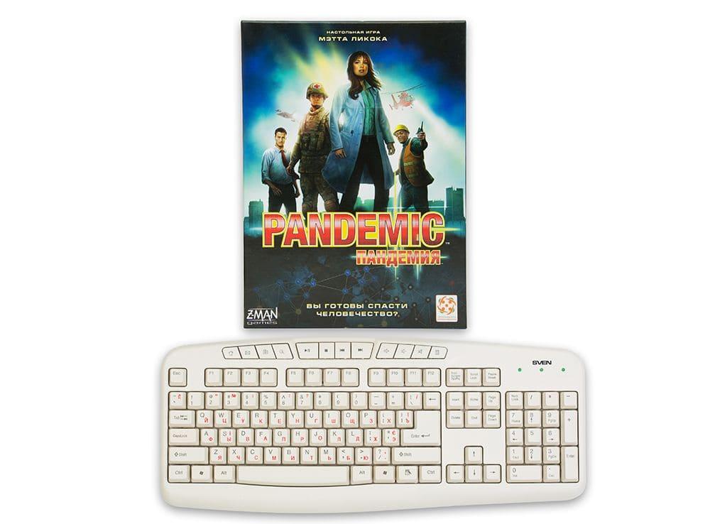 Коробка настольной игры Пандемия по сравнению с клавиатурой