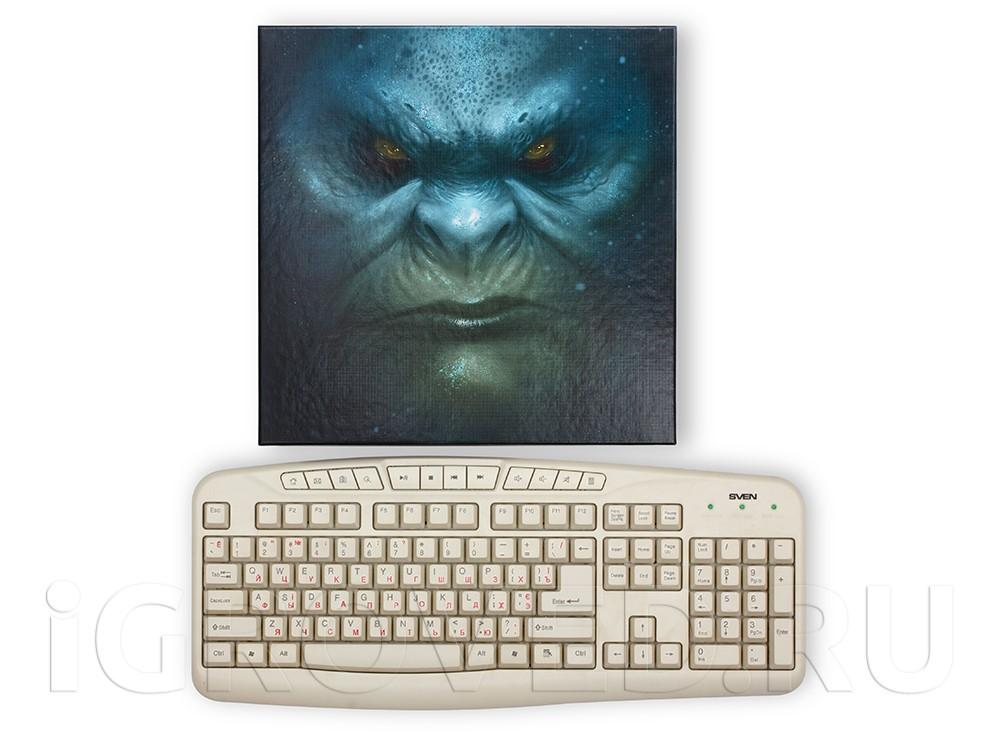 Коробка настольной игры Бездна в сравнении с клавиатурой