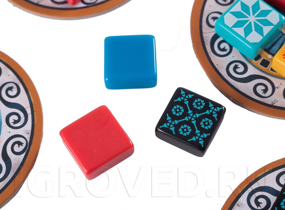 Плитки бывают однотонными и с узором. Настольная игра Азул (Azul)