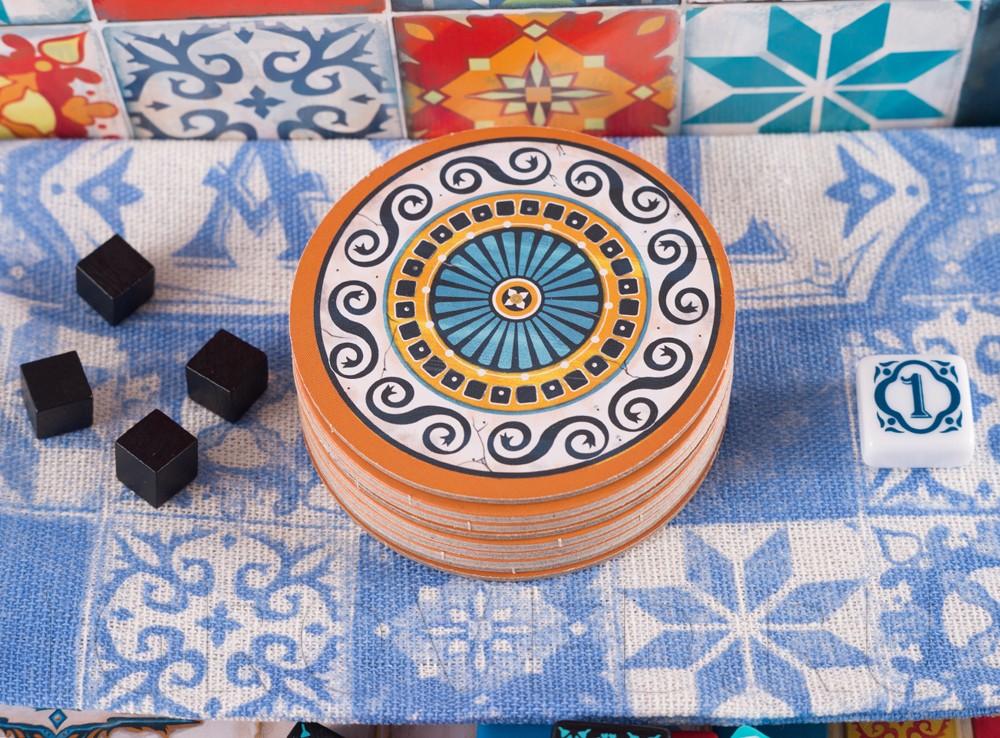 Настольная игра Азул (Azul) - это простые правила, но глубокий игровой процесс.