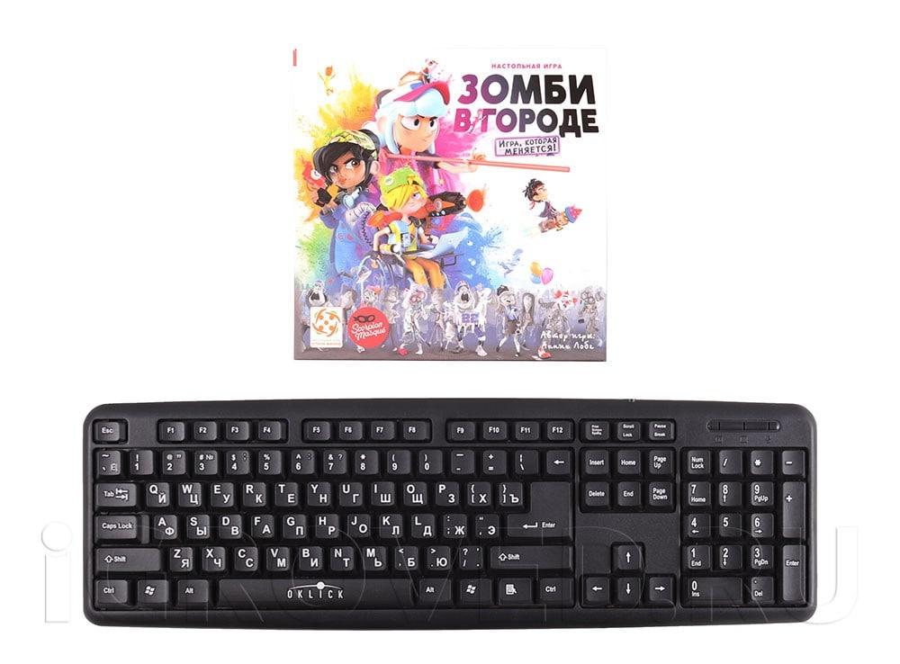 Коробка настольной игры Зомби в городе в сравнении с клавиатурой