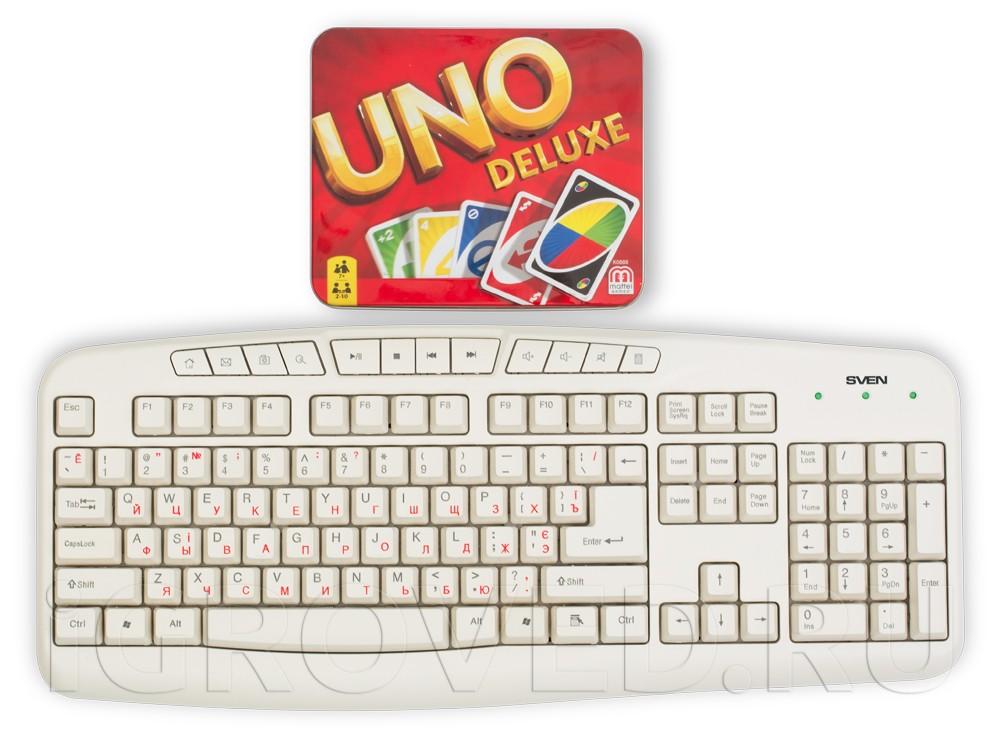 Размер коробки настольной игры Уно Делюкс по сравнению с клавиатурой