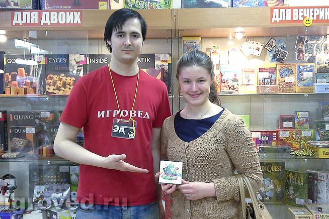 Вручение настольной игры Гоббит победительнице акции 21-30 апреля 2014, магазин Игровед у метро Гостиный двор (Спб)