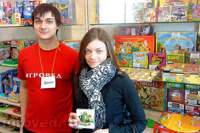 Вручение настольной игры Гоббит победительнице акции 21-30 апреля 2014, магазин Игровед у метро Чернышевская (Спб)