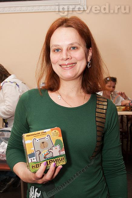 Вручение настольной игры Квадрики пёсики победительнице лотереи на Большой Игротеке Игроведа в Теплице 30 марта 2014