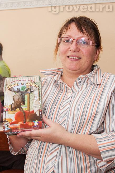 Вручение настольной игры Лось в доме победительнице лотереи на Большой Игротеке Игроведа в Теплице 30 марта 2014