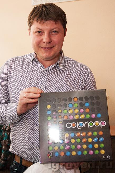 Вручение настольной игры Цветарики победителю лотереи на Большой Игротеке Игроведа в Теплице 30 марта 2014