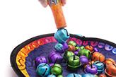Примагничивайте шарики один к другому, собирая на конце волшебной палочки целую гирлянду